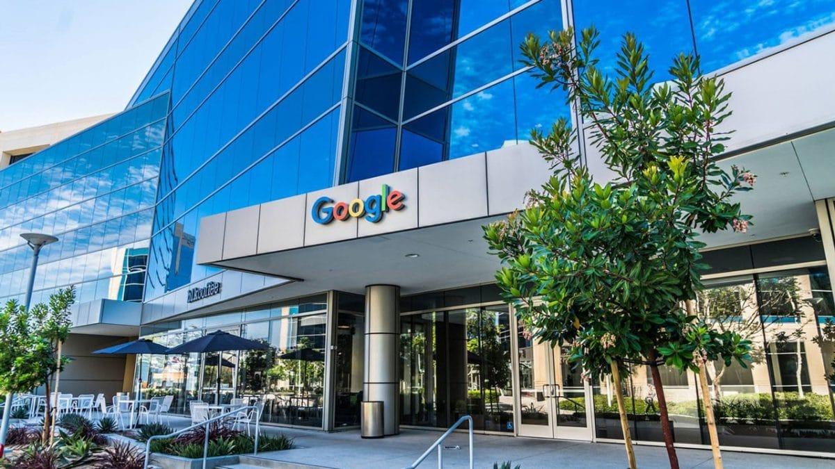 Google si Facebook extind munca la domiciliu pana la sfarsitul anului